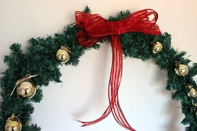 christmas-wreath-from-hula-hoops